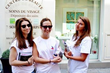 action street marketing faites par second sens pour le secours populaire avec une recolte de don via smartphone.